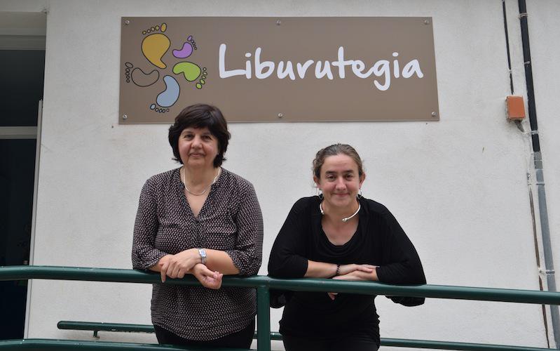 Pascual eta Lopez Etxezarreta Bizarain liburutegiaren kanpoaldean.