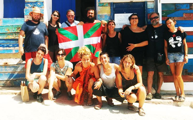 HGL iniziatibako kideak Askavusa elkartekoekin Lampedusan. Argazkia: Harresirik Gabeko Lurraldeak.