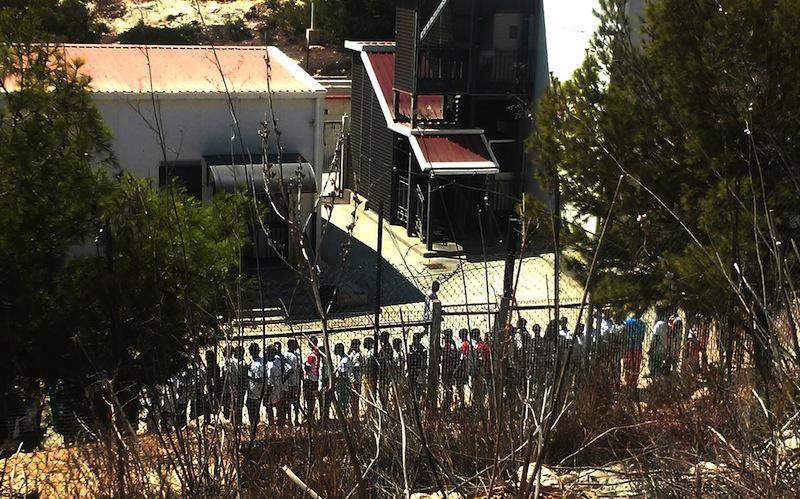 Lampedusako CIE zentroan migranteak bazkaria jasotzeko ilara egiten.