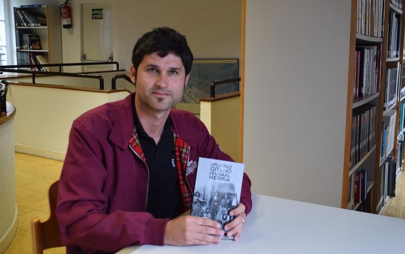 David martin historiagile eta liburuaren idazlea Errenteriako Udal Liburutegian.