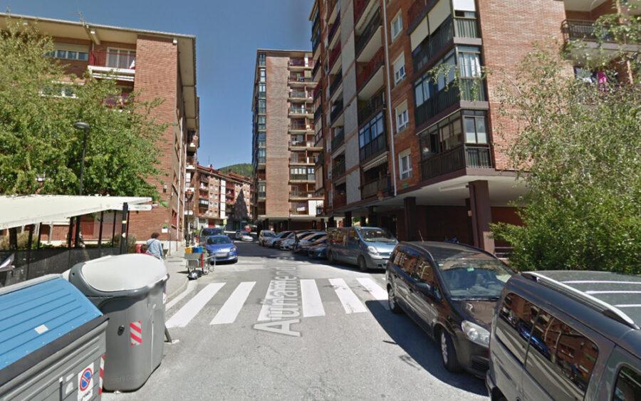 Auñamendi kalearen bigarren zenbakia eta Saldise plaza lotzen dituen zebrabidea.