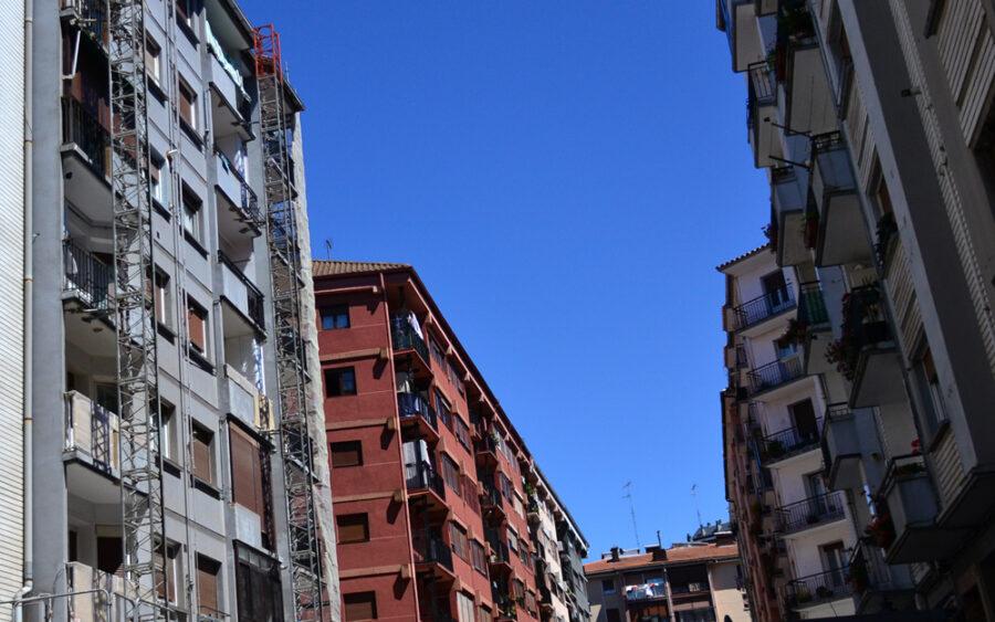 Iztieta auzoan hainbat dira azken urtean fatxadak berritu dituzten eraikinak.