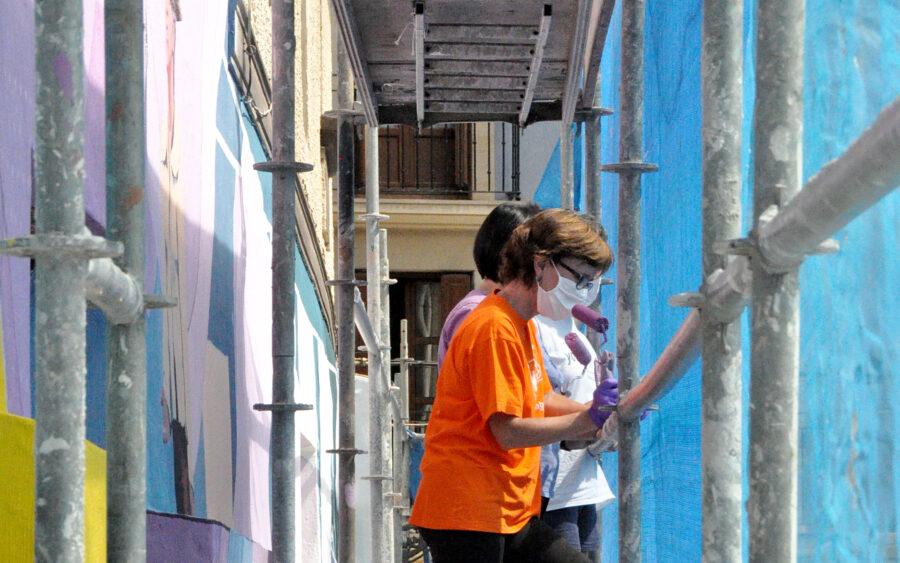 Memoria feministaren murala margotzen ari dira Zapirain Anaien kalean.