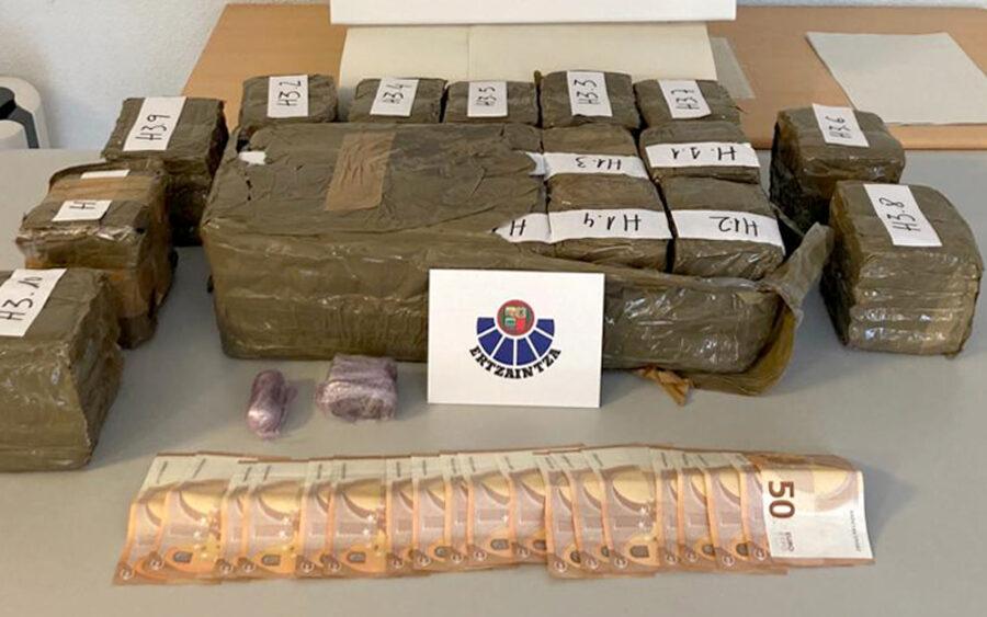 74 kilogramo marihuana eta 30 kilogramo haxix atzeman ditu Ertzaintzak.